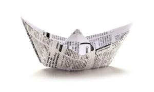 bateau en papier plié de journaux